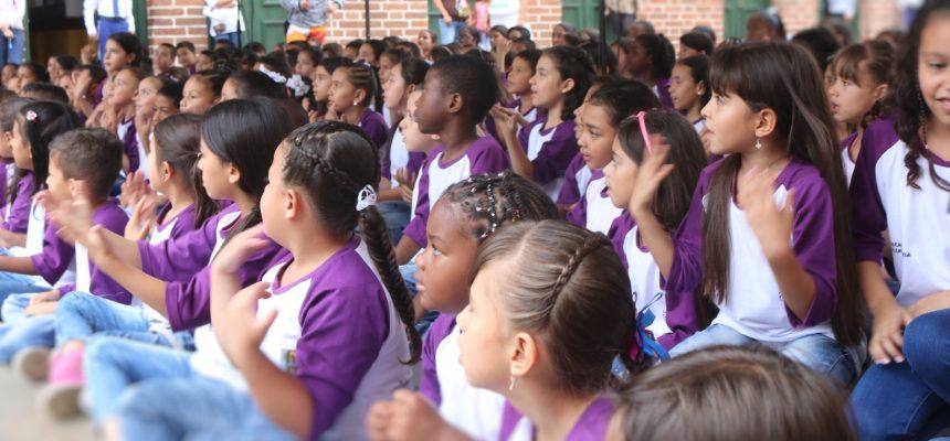 Durante 2017 trabajamos para la Secretaría de Educación en 24 Instituciones Educativas  el programa coral dando espacio a 550 alumnos atendidos por 10 profesoras formadas en Fundación Sirenaica